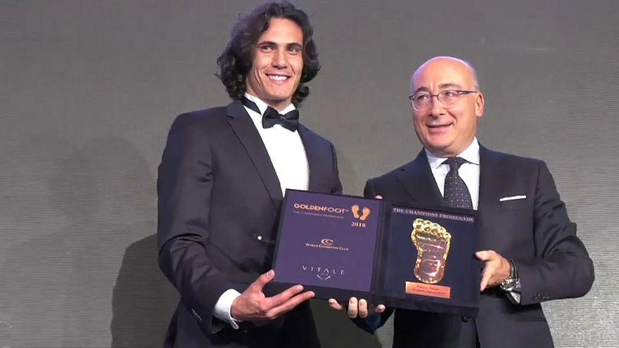 شاهد: مراسم تتويج كافاني بجائزة القدم الذهبية