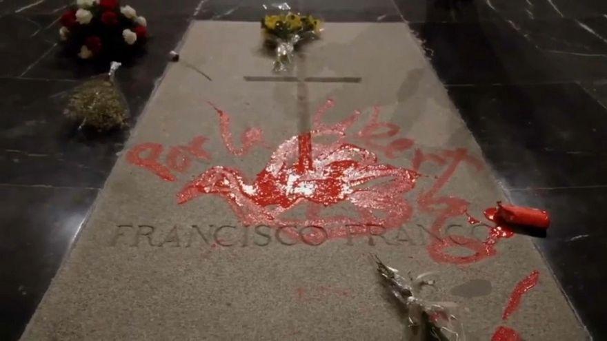 Profanan con pintura roja la tumba de Franco