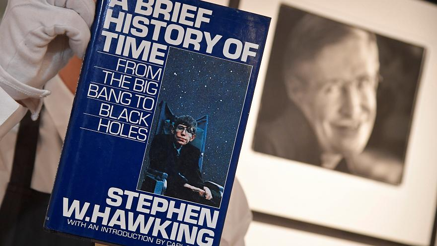 أغراض خاصة بعالم الفيزياء الراحل ستيفن هوكينغ للبيع في المزاد
