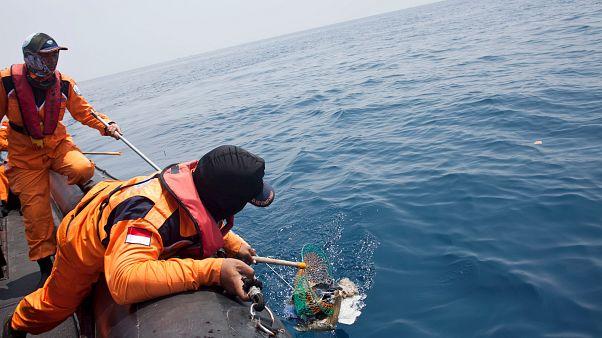 Endonezya'da düşen yolcu uçağının karakutusuna ulaşıldı