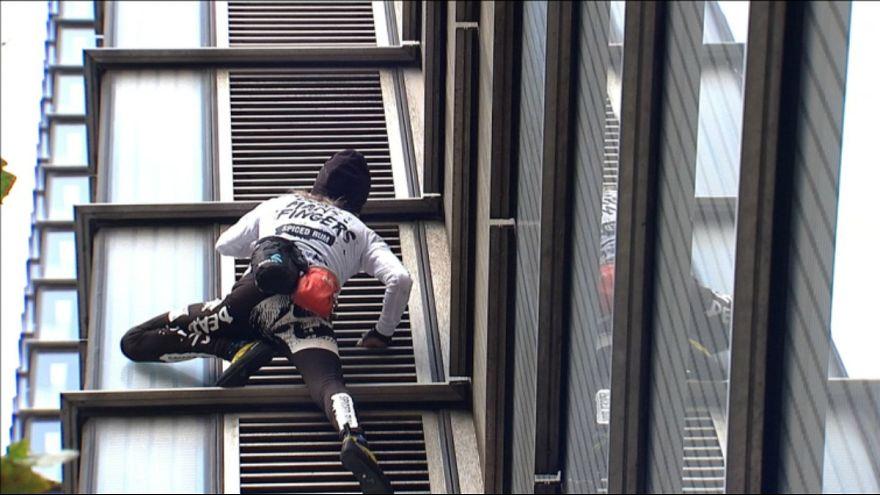 اسپایدرمن فرانسه از برج هرون در لندن بالا رفت