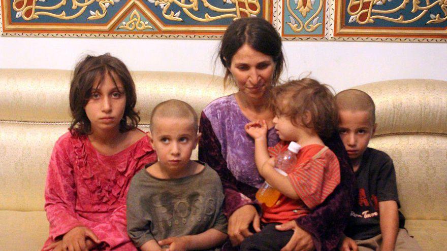 صورة لعائلة تم تحريرها من قبضة قوات تنظيم الدولة في سوريا