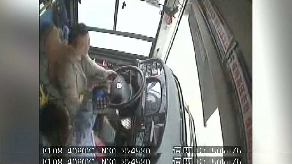 ویدیوی تکاندهنده از لحظه سقوط اتوبوس از پل در چین