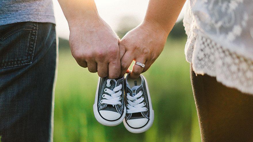 К каким ухищрениям прибегают власти, чтобы повысить рождаемость?