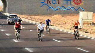 شاهد: السيسي يركب دراجة محاطا بحرسه في مدينة شرم الشيخ