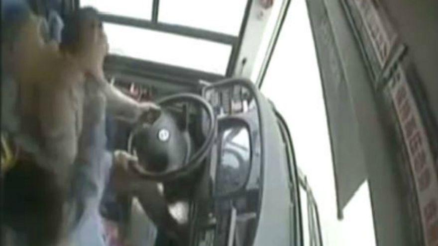 فيديو: مشاجرة بين سائق وراكبة تتسبب في سقوط حافلة من أعلى جسر في الصين