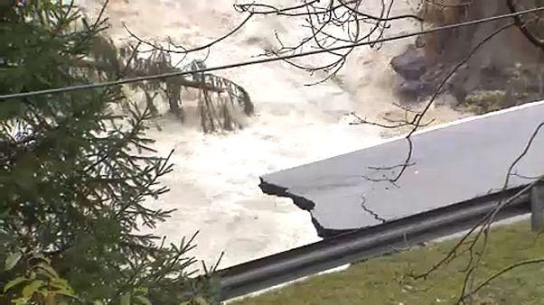 شاهد: طقس سيء في إيطاليا يقتلع الأشجار وأعمدة الكهرباء