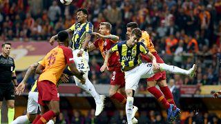 Çekişmeli derbide Galatasaray evinde Fenerbahçe ile 2-2 berabere kaldı