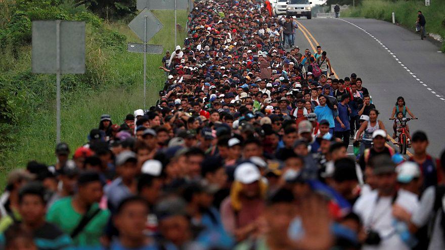 Migrantes atravessam México para chegar aos EUA