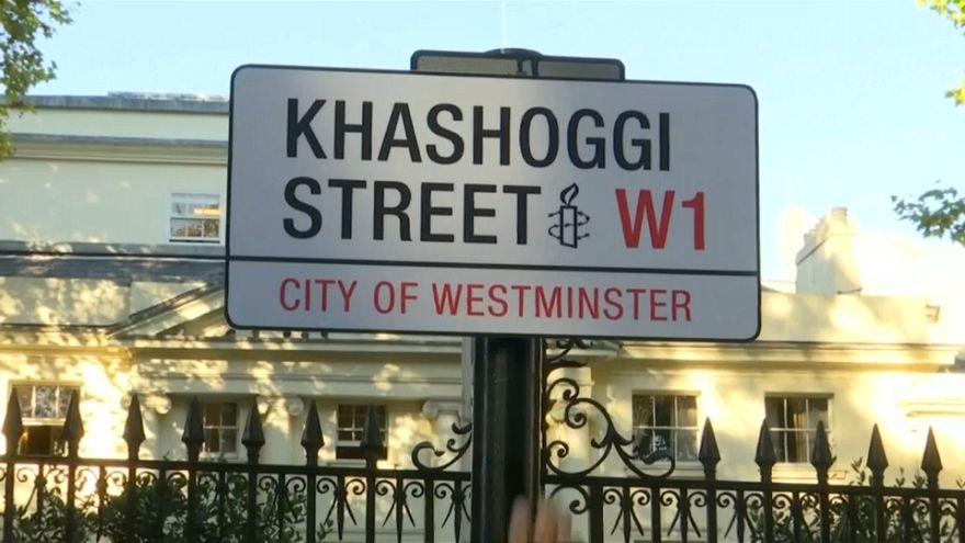 لافتة تحمل اسم خاشقجي على الشارع الذي توجد به السفارة السعودية في لندن
