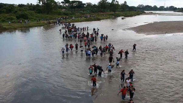 کاروان مهاجران از رود مرزی میان گواتمالا و مکزیک عبور کرد