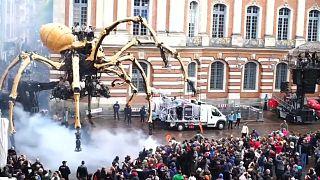 Aranha e Minotauro gigantes no centro de Toulouse