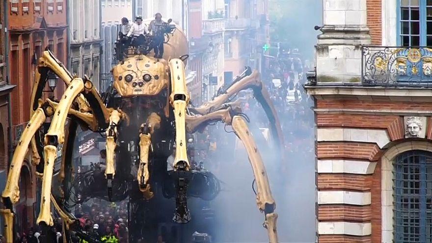 Гигантский паук на улицах Тулузы
