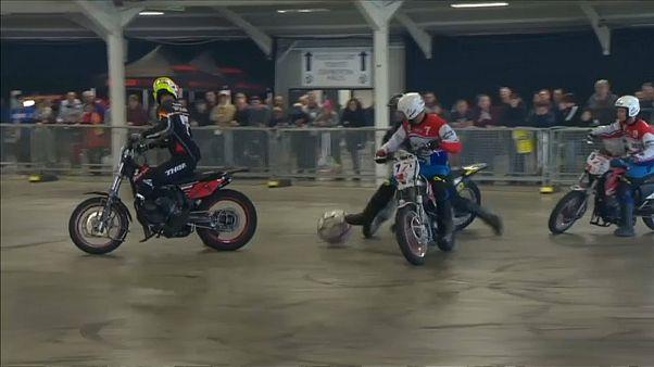 شاهد: دراجات نارية في مباراة شبيهة بكرة القدم