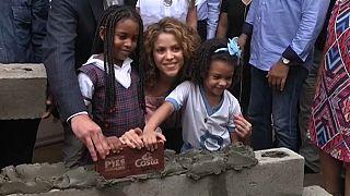 شاكيرا تتبرع بملايين الدولارات وتحث كولومبيا على الاستثمار في التعليم