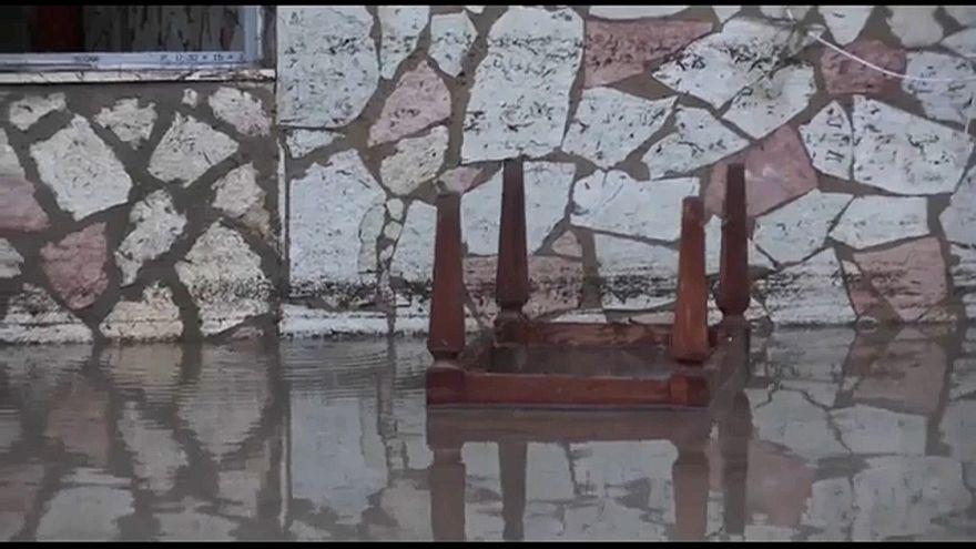 عشرات القتلى بسبب الفيضانات في إيطاليا منهم 9 من عائلة واحدة
