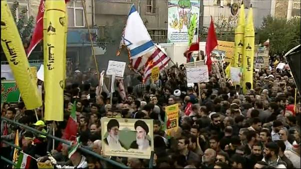 İranlılar Sam amca fotoğraflarını yakarak ABD'yi protesto etti