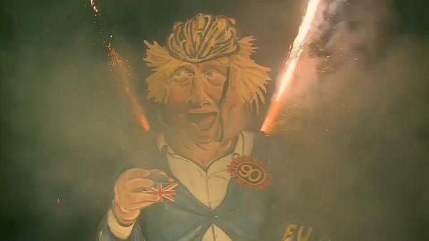 شاهد: إحراق دمية بوريس جونسون متزعم حملة البريكسيت في مدينة ايدنبريدج البريطانية
