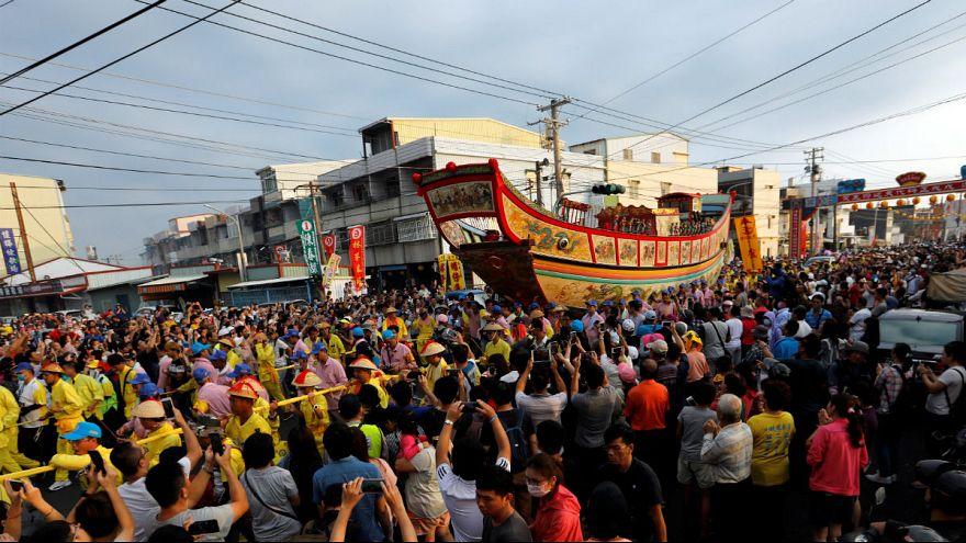 شاهد: حرق سفينة في تايوان للوقاية من الأمراض والحظ السيء