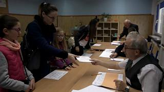 Lengyel helyi választás: ellenzéki városok, kormánypárti többségű vajdaságok