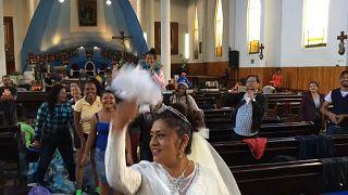 La caravana de inmigrantes, invitada sorpresa en una boda en México