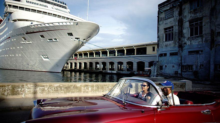 Alte Ami-Schlitten cruisen durch Havanna