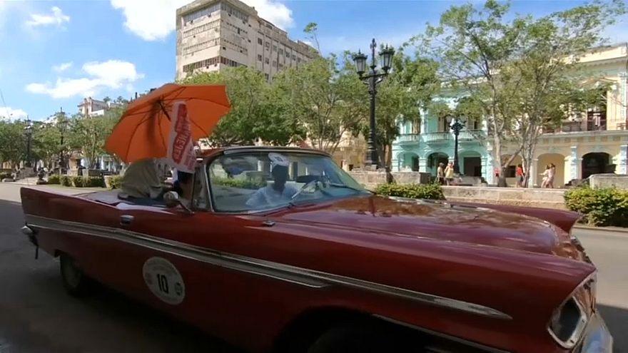 Oldtimer-felvonulást tartottak Havannában