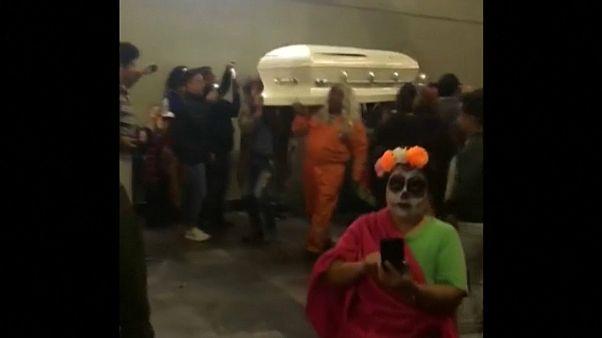 В метро Мехико пронесли гроб