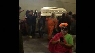 Mexikos Tag der Toten: Sarg wird in der U-Bahn transportiert