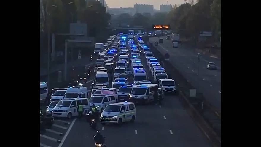 Parigi: ambulanze, protesta in autostrada