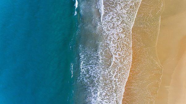 بعد أن ظنه دمية في البداية ..صياد نيوزلندي ينقذ رضيعاً في المحيط