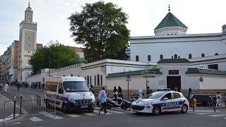 Fransa camilerin finansmanını denetlemek için laiklik yasasını yenilemeyi düşünüyor