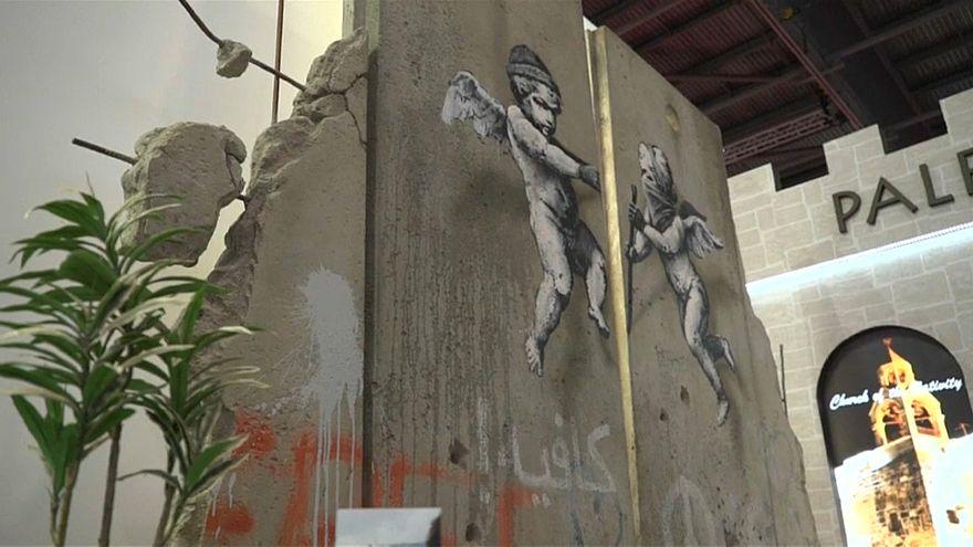 بانكسي ينجز نسخة عن جدار الفصل للترويج للسياحة الفلسطينية في لندن