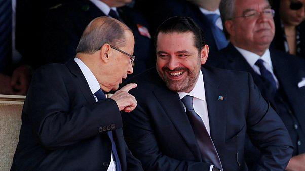 الرئيس اللبناني ميشيل عون (يسار) بجانب رئيس الوزراء سعد الحريري (يمين)