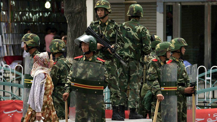 Doğu Türkistan'ın Urumçi kentinde nöbet tutan Çinli paramiliter polisler