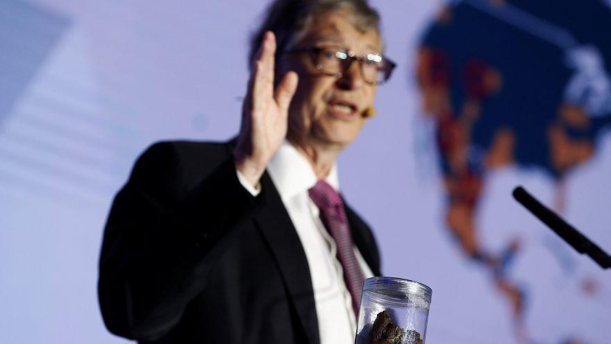 الملياردير الأمريكي بيل غيتس يرفع علبة من البراز في حملة توعويّة في الصين