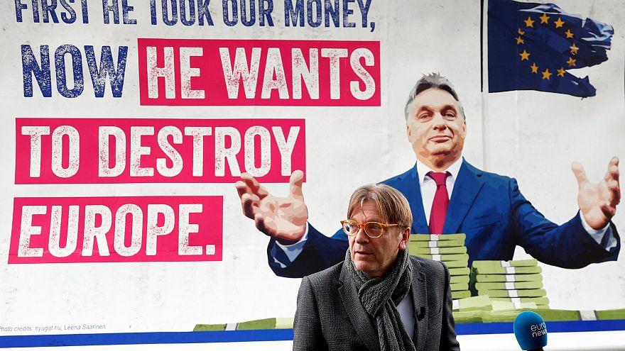 Óriásplakáton üzennek Orbánnak a liberálisok Brüsszelből