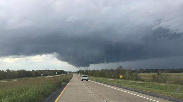 شاهد: إعصار مخروطي يتشكل في ولاية لويزيانا الأمريكية