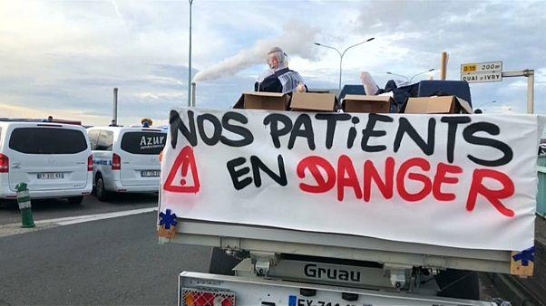 Útlezárással tiltakoznak a mentősök Párizsban