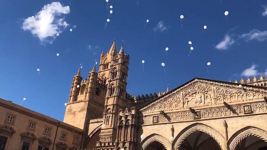 Léggömbök a szicíliai áradások áldozatainak emlékére