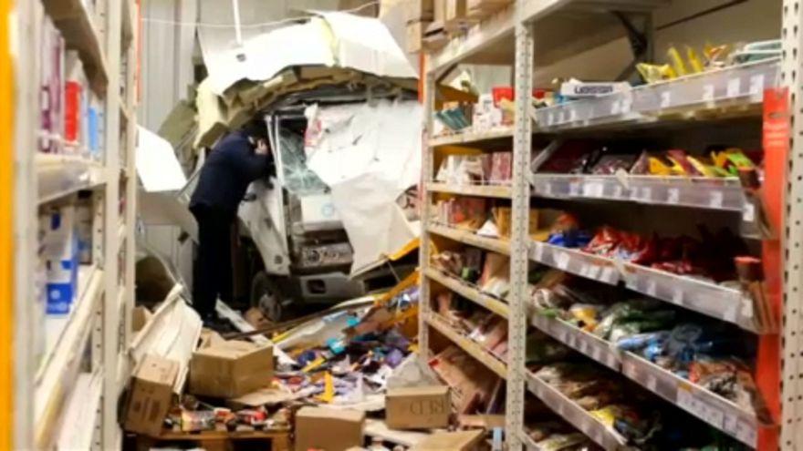 شاهد: شاحنة تصطدم بواجهة متجر تسوق في روسيا