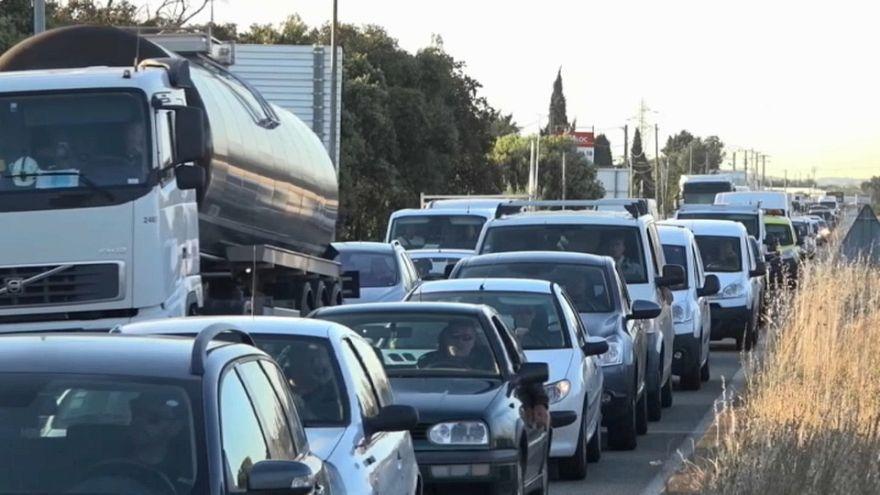 La Francia protesta contro aumenti della benzina