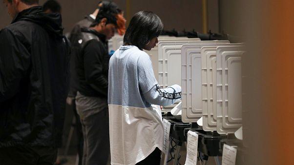الناخبون الأمريكيون منقسمون والمراكز تغلق أبوابها