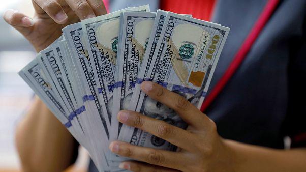 الدولار يتراجع مع سيطرة الديمقراطيين على مجلس النواب الأمريكي