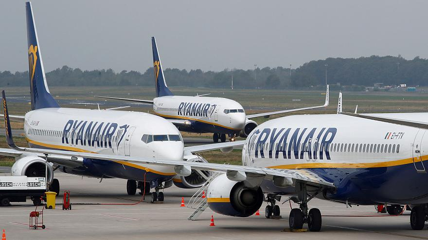 """""""ريان إير"""" تطرد ستة موظفين لأنهم """"زيّفوا"""" صورة نومهم على أرضية مطار"""