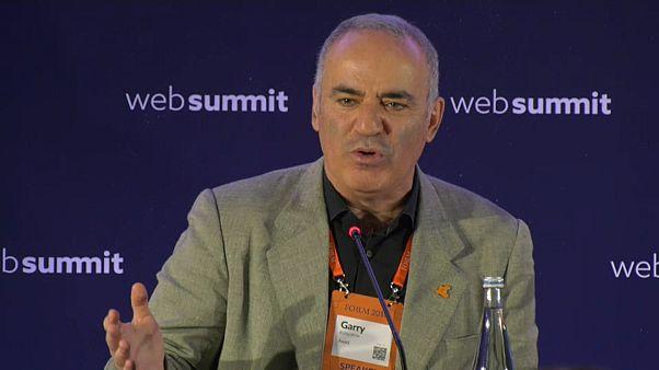 """Kasparov dà scacco ai Paesi illiberali: """"Siamo sotto attacco"""""""