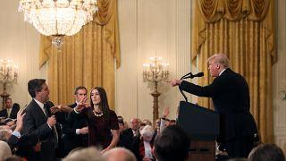 """تويتر مشتعل: البيت الأبيض يسحب اعتماد مراسل """"سي إن إن"""" والأخيرة تردّ بقوة"""