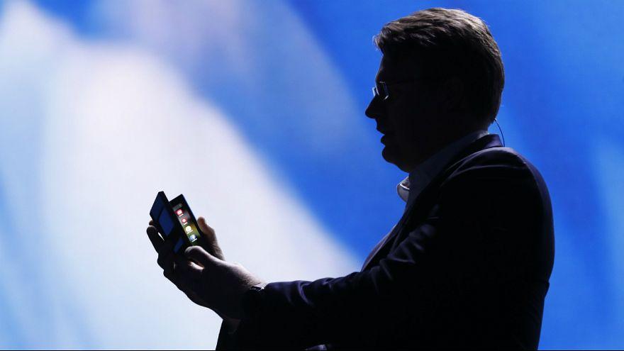 سامسونگ از تلفن همراه هوشمند تاشو با دو صفحه نمایش رونمایی کرد