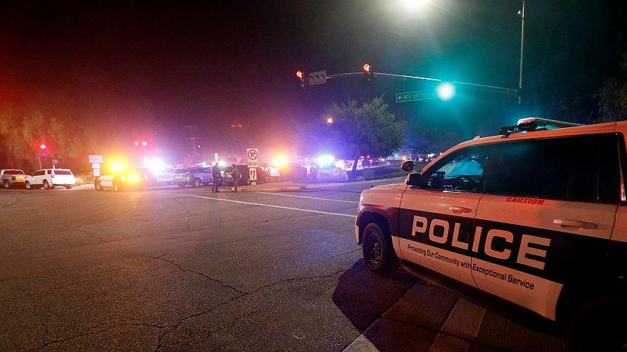 Ein Polizeiauto steht auf der Straße in Thousand Oaks