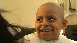 مصفف شعر مصري يمنح بعض الأمل للأطفال مرضى السرطان